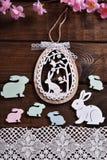Donkere houten achtergrond met Pasen-decoratie Royalty-vrije Stock Foto's