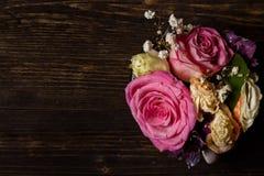 Donkere houten achtergrond met vernietigde bloemen Royalty-vrije Stock Afbeeldingen