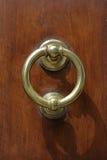 Donkere houten deur met oud bronshandvat Royalty-vrije Stock Fotografie