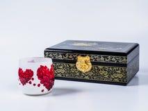 Donkere houten juweeldoos met decoupageglas op witte achtergrond Royalty-vrije Stock Afbeelding