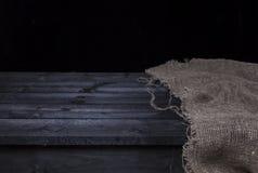 Donkere houten lijst met jute voor de montering van de productvertoning, zwart houten binnenland Royalty-vrije Stock Fotografie