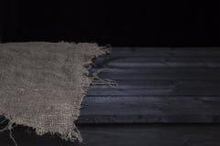 Donkere houten lijst met jute voor de montering van de productvertoning, zwart houten binnenland Stock Fotografie