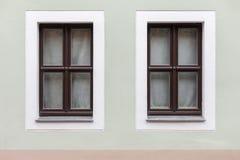 Donkere houten vensters op één enkele muur Royalty-vrije Stock Foto
