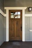 Donkere houten voordeur van een huis Stock Foto