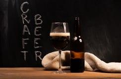 Donkere identiteitskaart van het ambachtbier het glas Stock Foto