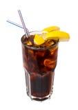 Donkere ijzige cocktail die op wit wordt geïsoleerd Stock Fotografie