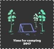 Donkere illustratie met tent en bomen voor tijd voor het kamperen Stock Afbeeldingen