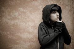 Donkere jonge vrouw droevige status dichtbij stedelijk muurportret Royalty-vrije Stock Foto