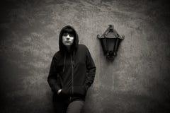 Donkere jonge vrouw droevige status dichtbij stedelijke zwart-witte muur Royalty-vrije Stock Fotografie