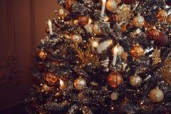 Donkere Kerstmisachtergrond, de balkerstboom van het close-upnieuwjaar stock fotografie