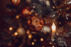 Donkere Kerstmisachtergrond, de balkerstboom van het close-upnieuwjaar stock afbeeldingen