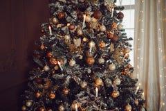 Donkere Kerstmisachtergrond, de balkerstboom van het close-upnieuwjaar stock foto's