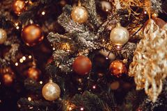 Donkere Kerstmisachtergrond, de balkerstboom van het close-upnieuwjaar royalty-vrije stock afbeeldingen
