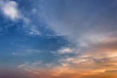 Donkere kleuren blauwe hemel en Wolkenzwarte, en motie pluizige wolk Stock Foto