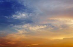 Donkere kleuren blauwe hemel en Wolkenzwarte, en motie pluizige wolk Royalty-vrije Stock Afbeelding