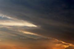 Donkere kleuren blauwe hemel en Wolkenzwarte, en motie pluizige wolk Royalty-vrije Stock Fotografie