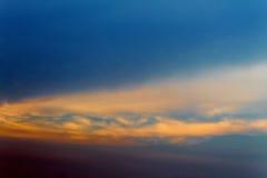Donkere kleuren blauwe hemel en Wolkenzwarte, en motie pluizige wolk Royalty-vrije Stock Foto