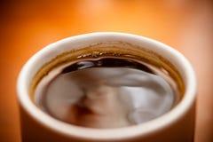 Donkere koffie in een koffiekop Stock Foto's