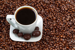 Donkere Koffie en Chocolade met geroosterde bonen aan de kant Stock Fotografie