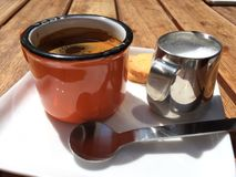 Donkere Koffie en melk royalty-vrije stock fotografie