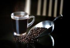 Donkere koffie en van de braadstukkoffie bonen Stock Afbeelding
