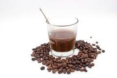 Donkere koffie in glas en zaad Stock Afbeelding