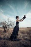Donkere Koningin in park Fantasie zwarte kleding royalty-vrije stock afbeeldingen