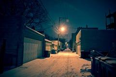 Donkere koude de wintersteeg van Chicago met sneeuw en ijs bij nacht Royalty-vrije Stock Foto