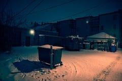 Donkere, koude de wintersteeg van Chicago met sneeuw en ijs bij nacht Royalty-vrije Stock Foto