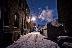Donkere, koude de wintersteeg van Chicago met sneeuw, ijs en het stomen Royalty-vrije Stock Foto's