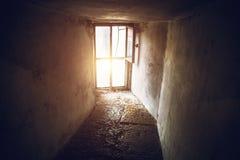 Donkere krommegang en groot venster op de gehele muur, licht van het venster, perspectief Royalty-vrije Stock Afbeeldingen