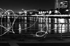 Donkere kunst met het lichte schilderen bij nacht stock foto