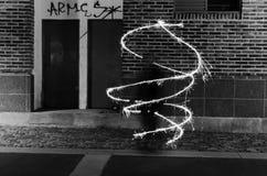 Donkere kunst met het lichte schilderen bij nacht Lichte spiraal stock foto