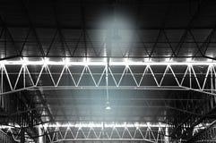 Donkere lichte lamp in het binnen industriële ijzer van het fabrieksmetaal structur Stock Afbeelding