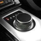 Donkere luxekoning Interior - Stuurwiel, Verschuivingshefboom tuning Karbon europa Moderne auto automatische transmissie Binnenla royalty-vrije stock foto's