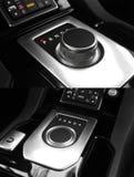 Donkere luxekoning Interior - Stuurwiel, Verschuivingshefboom tuning Karbon europa Moderne auto automatische transmissie Binnenla royalty-vrije stock foto