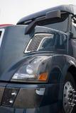 Donkere moderne semi vrachtwagen Stock Afbeeldingen