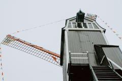 Donkere molen een bewolkte dag in Brugge België royalty-vrije stock fotografie