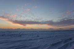 Donkere mooie hemel De Zon van de zonsondergang Snel drijvende wolken echte de winter ijzige zonsondergang op het gebied Royalty-vrije Stock Foto