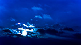 Donkere mooie hemel De Zon van de zonsondergang Snel drijvende wolken echte de winter ijzige zonsondergang op het gebied Stock Afbeelding