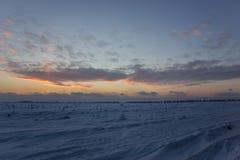 Donkere mooie hemel De Zon van de zonsondergang Snel drijvende wolken echte de winter ijzige zonsondergang op het gebied Stock Fotografie