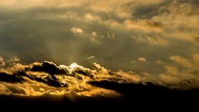 Donkere mooie hemel De Zon van de zonsondergang Snel drijvende wolken echte de winter ijzige zonsondergang op het gebied Stock Foto