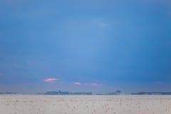 Donkere mooie hemel De Zon van de zonsondergang Snel drijvende wolken echte de winter ijzige zonsondergang op het gebied Royalty-vrije Stock Fotografie
