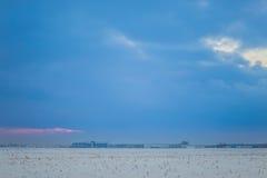 Donkere mooie hemel De Zon van de zonsondergang Snel drijvende wolken echte de winter ijzige zonsondergang op het gebied Royalty-vrije Stock Afbeeldingen