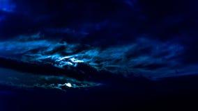 Donkere mooie hemel De Zon van de zonsondergang Snel drijvende wolken echte de winter ijzige zonsondergang op het gebied silhouet Royalty-vrije Stock Foto's