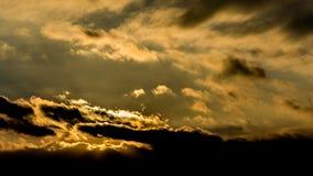 Donkere mooie hemel De Zon van de zonsondergang Snel drijvende wolken echte de winter ijzige zonsondergang op het gebied silhouet Stock Afbeelding