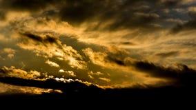 Donkere mooie hemel De Zon van de zonsondergang Snel drijvende wolken echte de winter ijzige zonsondergang op het gebied silhouet Royalty-vrije Stock Afbeeldingen