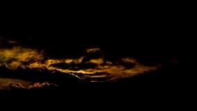 Donkere mooie hemel De Zon van de zonsondergang Snel drijvende wolken echte de winter ijzige zonsondergang op het gebied silhouet Stock Afbeeldingen