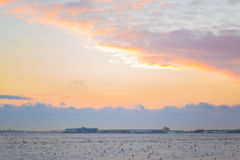 Donkere mooie hemel De Zon van de zonsondergang Snel drijvende wolken echte de winter ijzige zonsondergang op het gebied silhouet Stock Foto