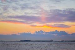 Donkere mooie hemel De Zon van de zonsondergang Snel drijvende wolken echte de winter ijzige zonsondergang op het gebied silhouet Stock Fotografie